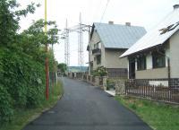 Rodinný dom a asfaltová cesta